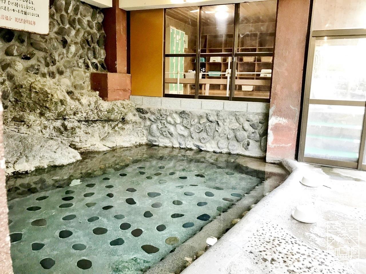 薬師の湯 露天風呂 柵のついた湯船の写真