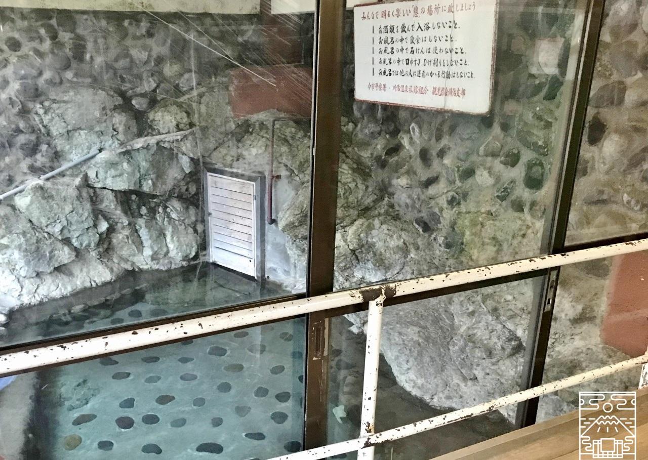 薬師の湯 露天風呂の脱衣場の写真
