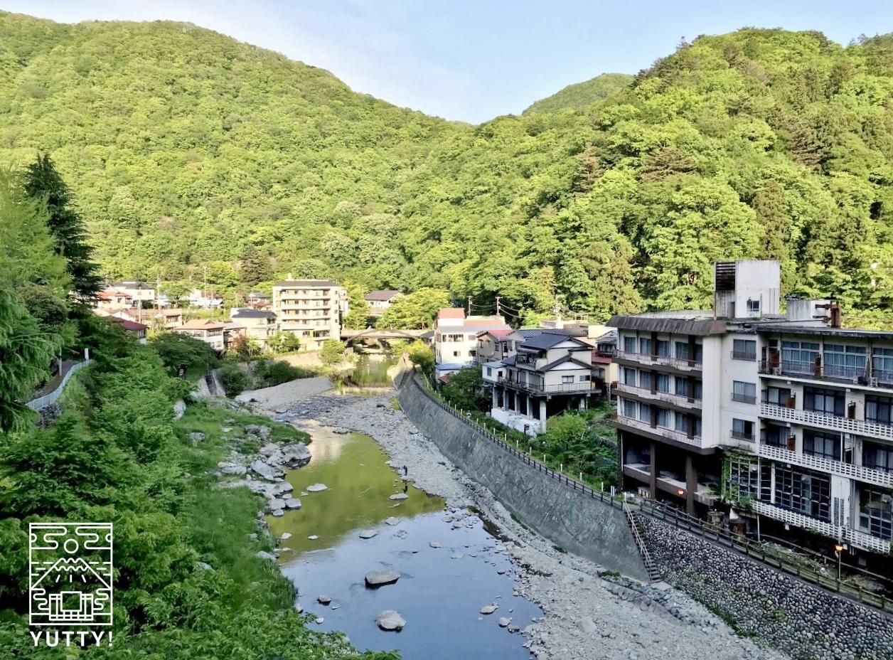 男鹿川と川治温泉街の写真