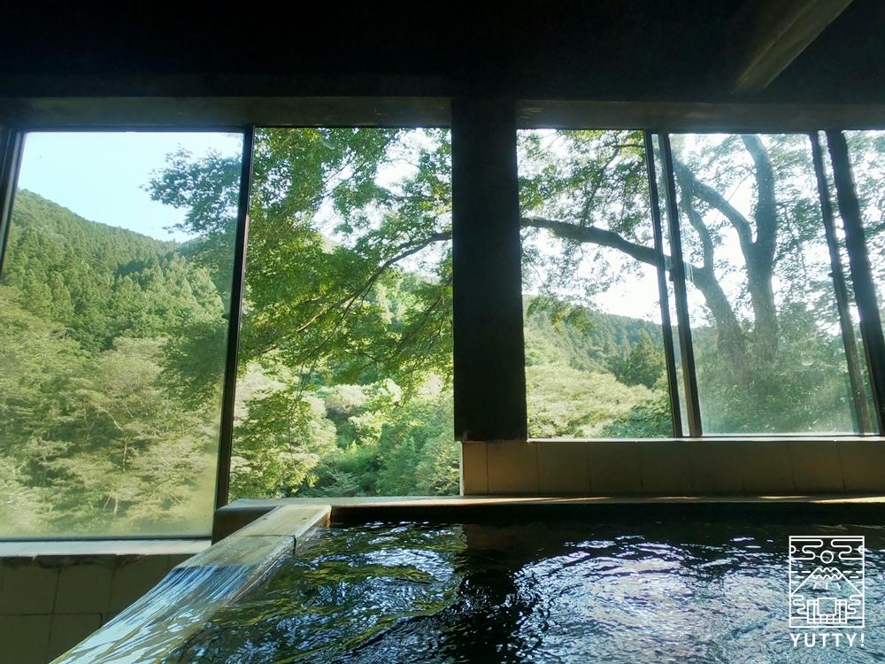 檜風呂と檜風呂から見える大自然の写真