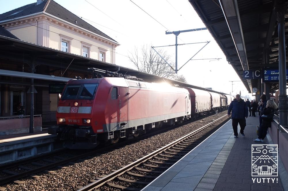 バーデン=バーデン駅を通過する列車の写真