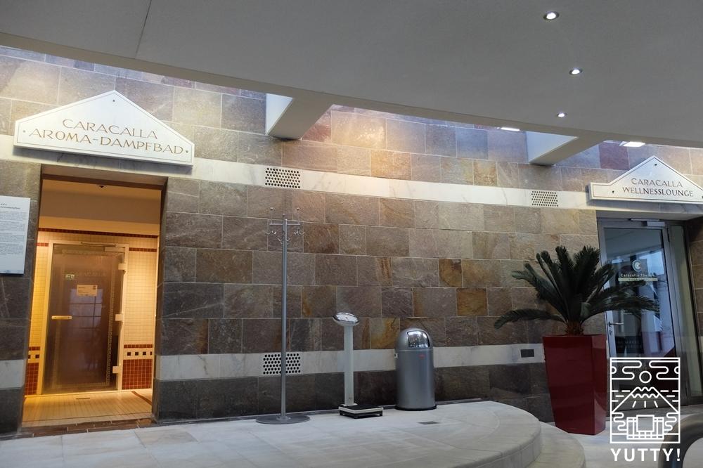 カラカラ浴場のアロマスチームバスとリラクゼーションラウンジの入り口の写真