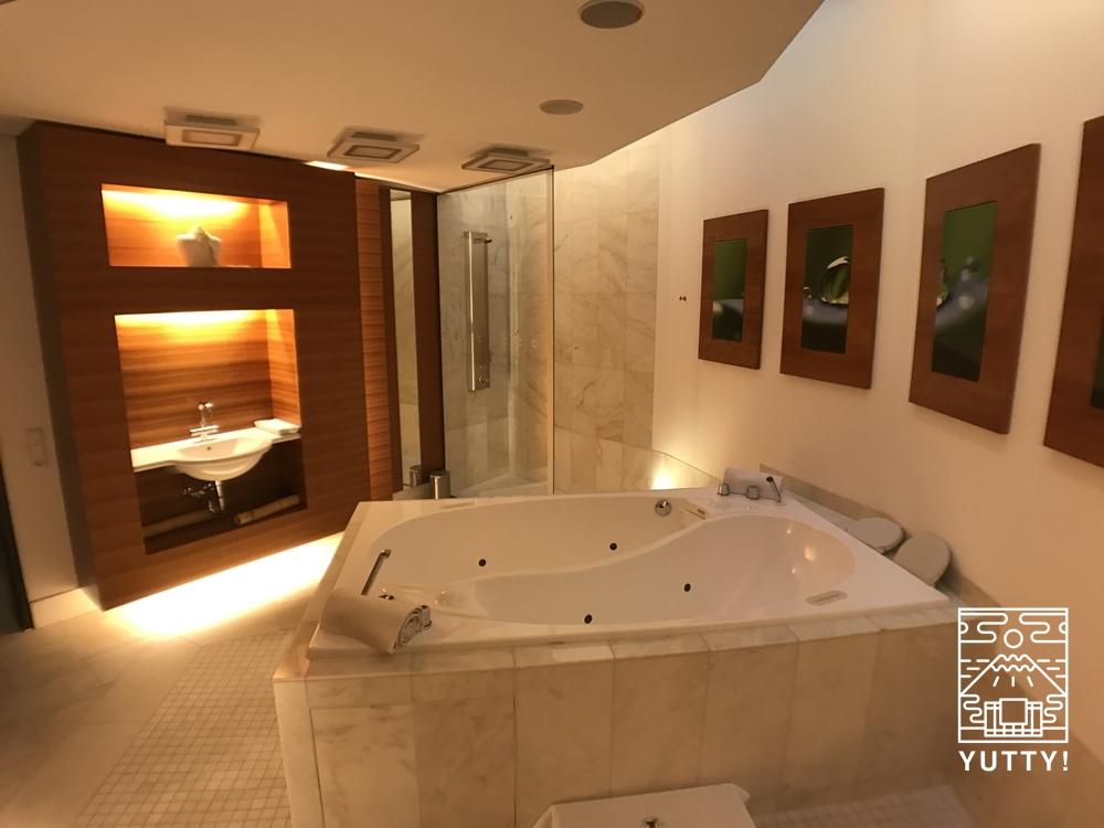 カラカラ浴場のウェルネスエリアの貸切風呂付のエステルームの写真
