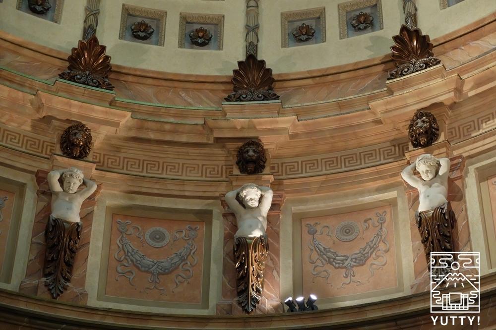 フリードリヒス浴場のローマ風ドーム天井の壁面の写真