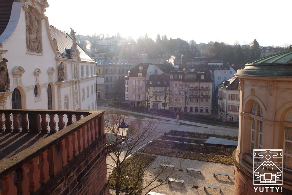 フリードリヒス浴場からバーデン=バーデン市街を望む写真