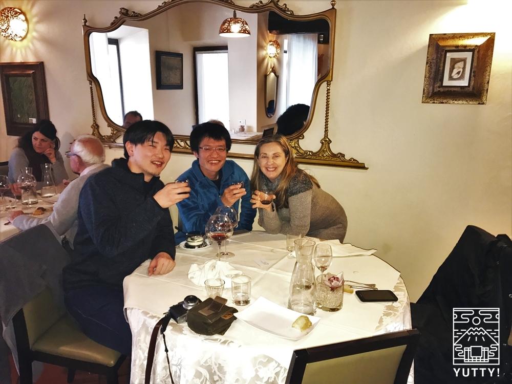 ガイドのルチアンナさんとYutty上田プロデューサーの記念写真。レストランにて。