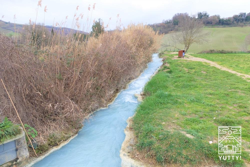 サトゥルニア温泉の川辺の写真