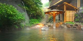 裏山から湧出する温泉の川をそのまま露天風呂にした豪快で野趣あふれる露天風呂