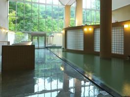 日光の差し込む鶴雅リゾート森の謌のうち風呂