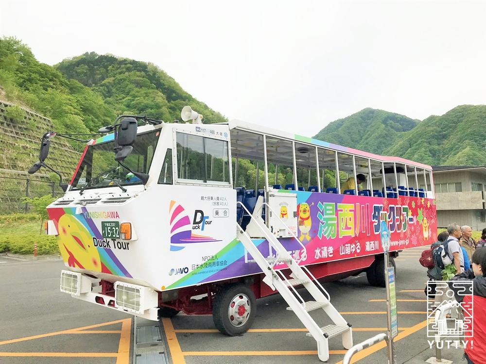 湯西川ダックツアーの水陸両用バスの写真