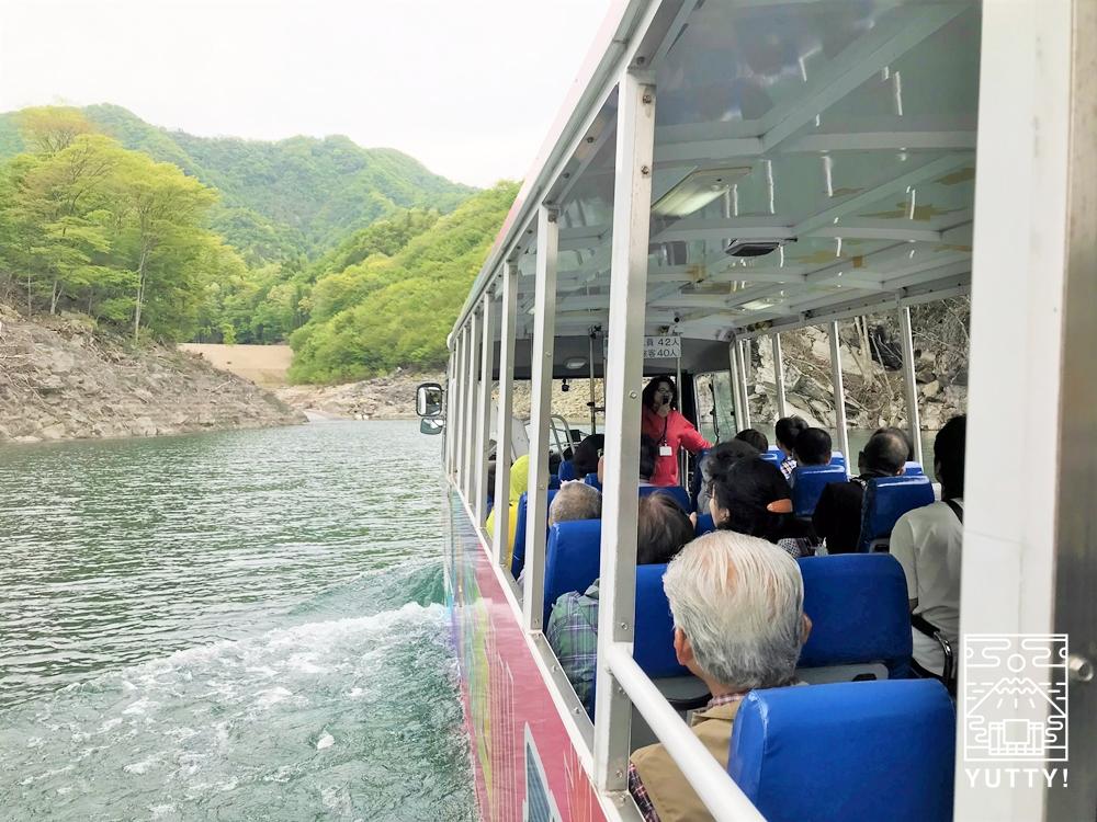湯西川ダックツアーの水陸両用バスが湖上を走っている写真